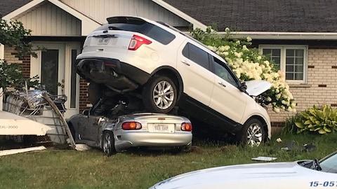 La voiture s'est retrouvée sur un autre véhicule.