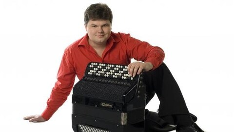 L'accordéoniste Alexander Sevastian pose avec son instrument
