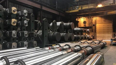 Des tuyaux d'acier à l'intérieur de l'usine Evraz à Regina.