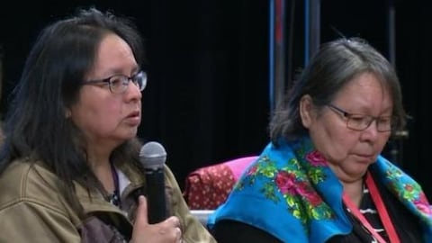 Adrienne Anichinapeo témoignant de la violence dont elle a été victime à l'Enquête nationale sur les femmes et les filles autochtones disparues et assassinées (ENFFADA), de passage à Montréal.