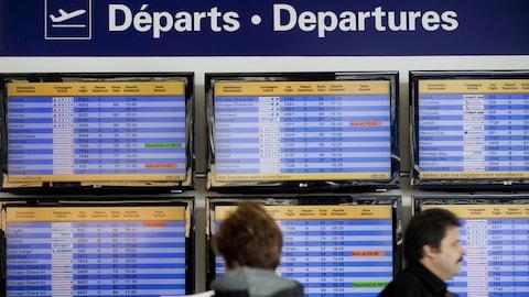 Les écrans des départs dans un aéroport canadien.