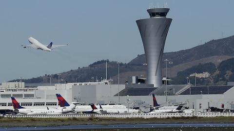Un avion décolle et d'autres sont au sol.