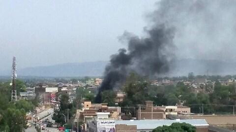 De la fumée s'élève du lieu d'une explosion, dans la ville afghane de Jalalabad.