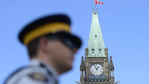 Un agent de la GRC devant le parlement du Canada, à Ottawa.