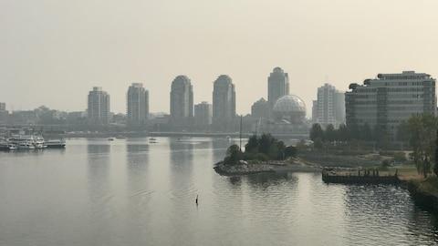 Vue brouillée par la fumée du pont Cambie, à Vancouver.