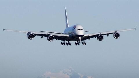 Un Airbus vole dans le ciel.