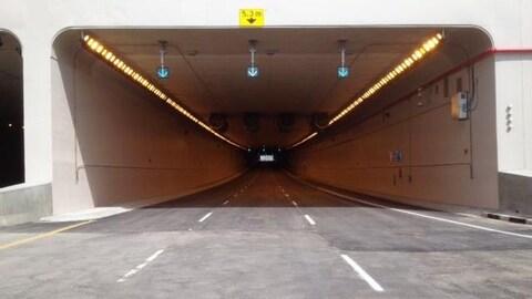 Un tunnel à trois voies.