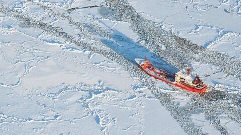 Un pétrolier évolue dans l'eau glacé.