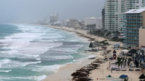 Une plage vide alors que la tempête subtropicale Alberto s'approche de Cancún.