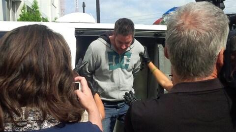 Alexandre Gendron, accusé du meurtre de Cheryl Bau-Tremblay, en août 2015, alors qu'il descendait du fourgon qui l'avait amené au palais de justice de Saint-Hyacinthe.