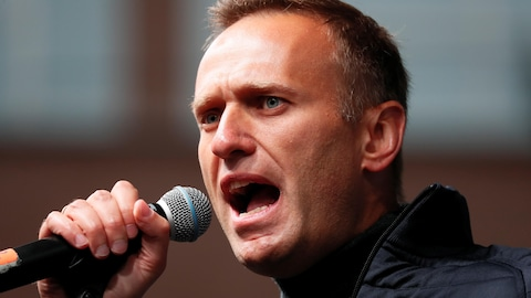 Gros plan d'Alexeï Navalny parlant dans un micro.