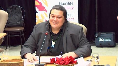 Alexis Wawanoloath témoigne lors d'une commission d'enquête.