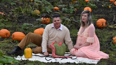 Todd et Nicole Cameron sont assis au milieu d'un champ de citrouilles avec une sorte d'extraterrestre en forme de gros ver.