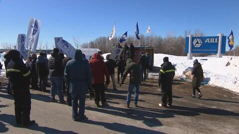 Des manifestants se rassemblent pour assister à un point de presse du Syndicat des Métallos devant l'Aluminerie de Bécancour.
