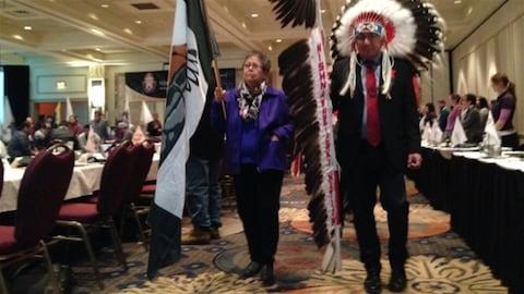 En 2016, le grand chef de la Nation Nishnawbe Aski, Alvin Fidler (à droite) lors de l'ouverture de la réunion des chefs à Thunder Bay.
