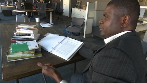Amadou Ba présente son manuscrit dans les studios de Radio-Canada.