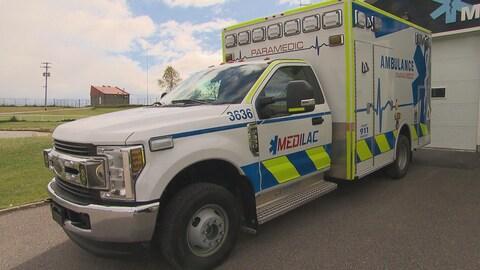Le véhicule d'urgence est blanc et on peut y lire le logo de l'entreprise Medi Lac.