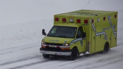 Une ambulance circule dans des conditions difficiles.