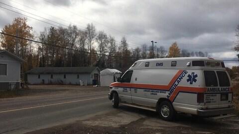 Un ambulance s'engage sur la route