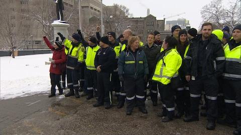 Des ambulanciers manifestent devant Queen's Park