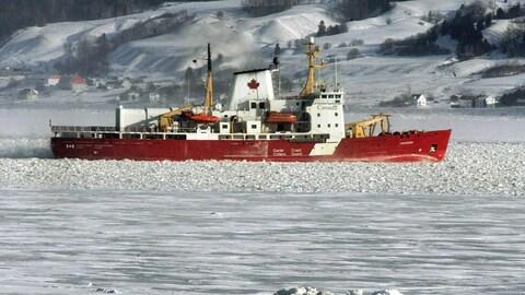 Le navire Amundsen de la garde côtière navigue sur des eaux glacées en hiver.