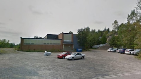 Ancienne école dans un terrain de stationnement.