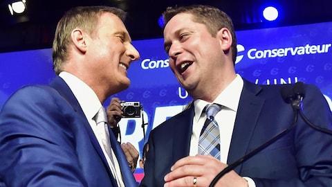 Le nouveau chef du Parti conservateur du Canada, Andrew Scheer (à droite), félicite le candidat finaliste de la course à la direction, Maxime Bernier (à gauche).