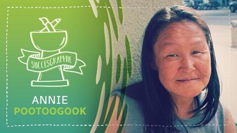Une femme autochtone sourit légèrement en regardant la caméra. Infographie avec l'inscription « Succèsgraphie » avec un trophée et le nom d'Annie Pootoogook.