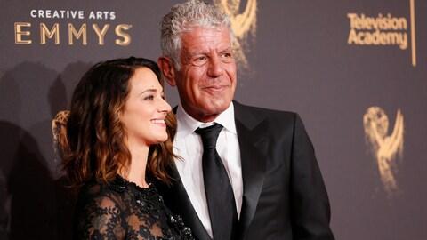 Anthony Bourdain en compagnie de sa conjointe, l'actrice Asia Argento lors de la cérémonie des Emmy Awards, en 2017.