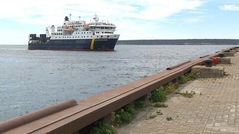 Le navire Belle-Desgagné est en direction du quai de Port-Meunier sur l'Île d'Anticosti d'où la photo a été prise.