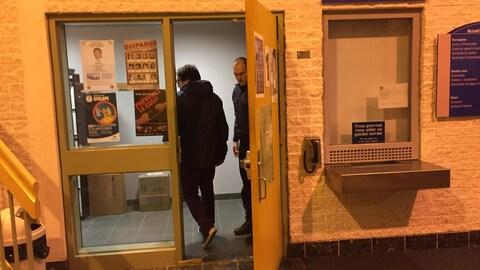 Le journaliste Antoine Trépanier au moment de son entrée au poste de police de Gatineau pour la signature de sa promesse de comparaître.