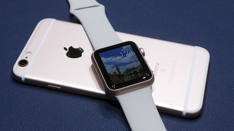 Une montre intelligente Apple Watch posée sur le dos d'un iPhone.
