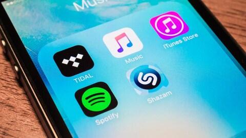Les icônes de applications apparaissent sur l'écran d'un téléphone intelligent.