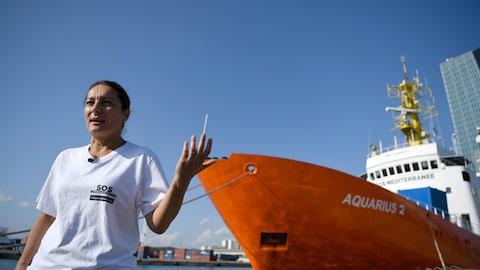 La directrice générale de SOS Méditerranée, Sophie Beau, et le bateau l'Aquarius 2