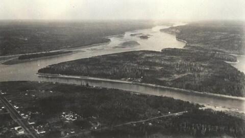Photo en noir et blanc des rivières et de l'île MacDonald dans la région municipale de Wood Buffalo