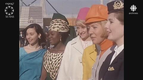 Hôtesses de différents pavillons nationaux de l'Expo 67 en ligne, posant pour la caméra