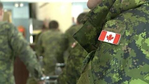 Des recrues de l'armée dans une salle de classe
