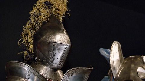 Un gros plan d'une armure métallique médiévale.