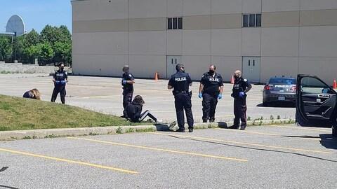 Plusieurs policiers dans un stationnement