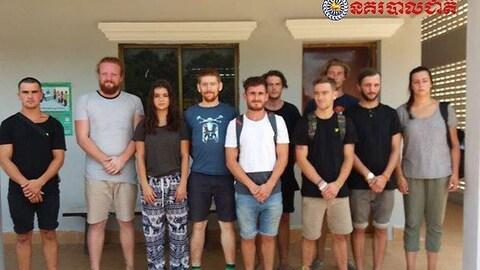 Une photo de la police nationale cambodgienne regroupant les 10 ressortissants étrangers arrêtés, cinq Britanniques, deux Canadiennes, un Norvégien, un Néo-Zélandais et un Néerlandais