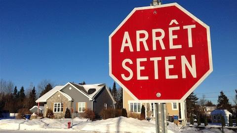 Une signalisation en langue huronne-wendate à Wendake.