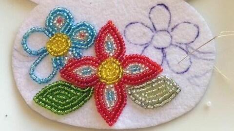 Des fleurs brodées avec des perles.