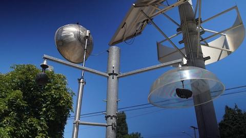 Installation composée de tubes de plastique, d'acier inoxydable, de tissus et de pièces de vélo.