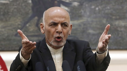 Ashraf Ghani, les bras tendus devant lui, parle dans des micros.