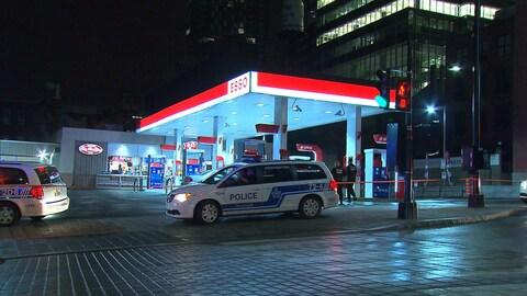 L'une des victimes a été découverte dans le stationnement d'une station d'essence de la rue de la Montagne, près de l'avenue des Canadiens-de-Montréal.