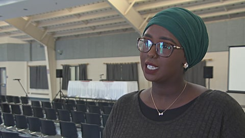 Une femme d'origine somalienne en entrevue