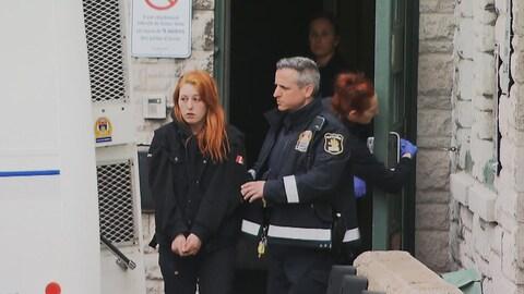 Audrey Gagnon à la sortie de la centrale de police Victoria