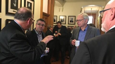 Discussion de couloir à l'Assemblée législative entre Kris Austin et Blaine Higgs.