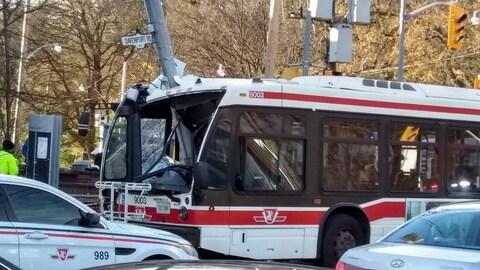 Un autobus qui a foncé dans un poteau