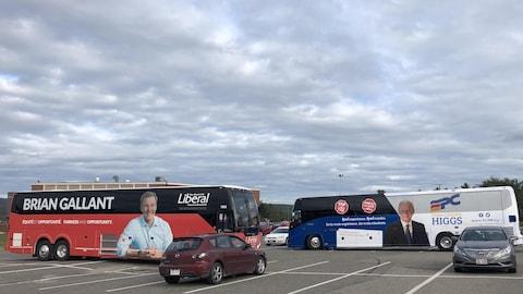 Les deux autobus côte à côte sur un terrain de stationnement